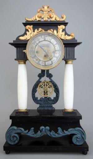 MUO-008961: sat sa stupovima