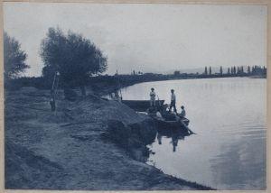 MUO-007054: Na obali rijeke: fotografija