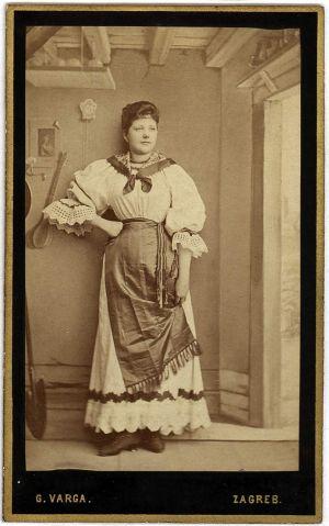 MUO-005755/51: Gospođa u narodnoj nošnji: fotografija