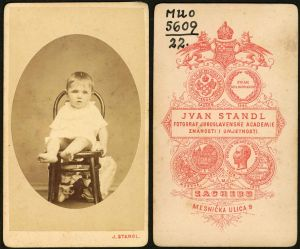MUO-005609/22: Dječačić na stolcu: fotografija