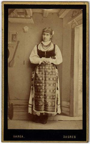 MUO-005755/53: Djevojka u narodnoj nošnji: fotografija