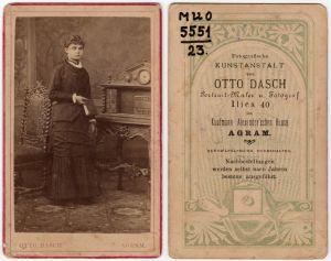 MUO-005551/23: Djevojka s knjigom: fotografija