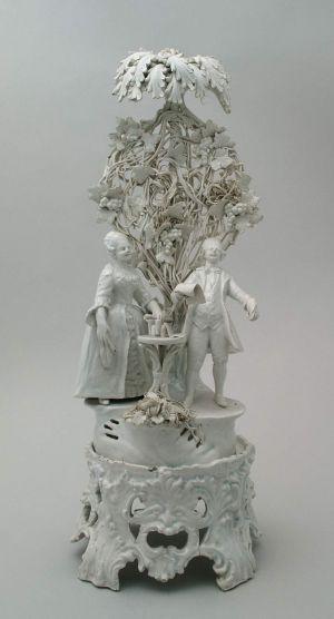 MUO-023638: Par pod drvom: figuralna grupa