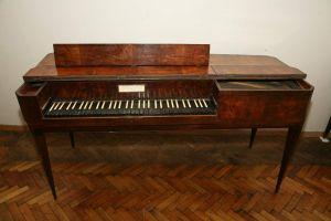 MUO-015605: Stolni klavir: klavir