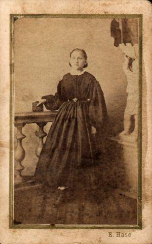 MUO-005755/43: Djevojka u atelijeru: fotografija