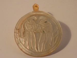 MUO-005290: Medaljon s prikazom redovnika: reljef na školjki