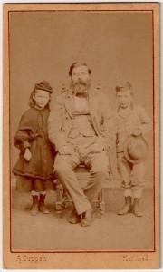 MUO-005755/16: Gjoka M. s djecom: fotografija