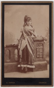MUO-005755/52: Gospođica u kazališnom kostimu: fotografija