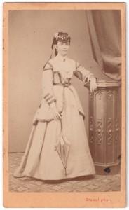 MUO-005755/65: Dama u bijelom: fotografija