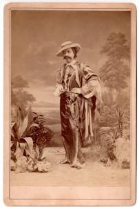 MUO-006094/44: Kostimirani muškarac sa šeširom: fotografija