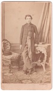 MUO-005755/05: Dječak u surki: fotografija