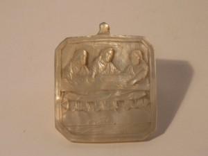 MUO-005291: Medaljon s prikazom Večere u Emausu: reljef na školjki