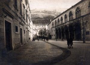 MUO-042922: Dubrovnik- Pred Kneževim dvorom: fotografija