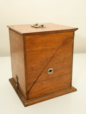 MUO-007388: Kutija za fonograf: fonograf