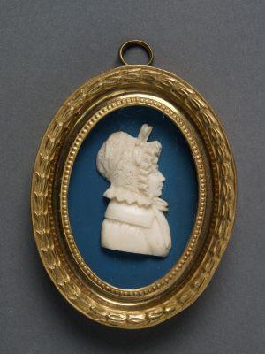 MUO-008848: Žena s čipkastim šeširom: reljefni portret