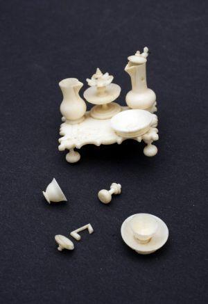 MUO-009783/04: stol: minijaturni predmet