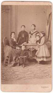 MUO-005755/02: Majka s djecom: fotografija