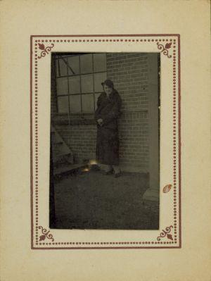 MUO-009496/03: Portret žene u Gliptoteci: fotografija
