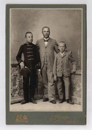 MUO-007055: Vatrogasac Kolarić sa sinovima: fotografija