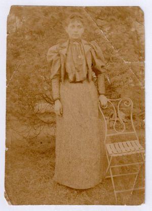 MUO-008346/25: Portret žene u vrtu: fotografija