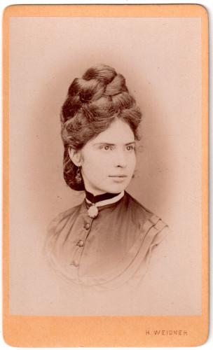 MUO-030234: Žena s medaljonom: fotografija