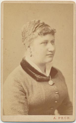 MUO-005609/34: Gospođa s medaljonom: fotografija